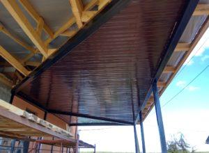 отделка потолка навеса металлопрофилем